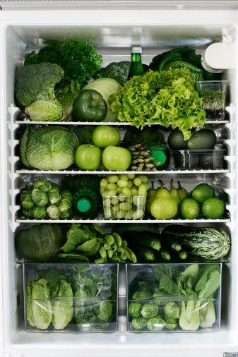 2- Yeşillikler:Ispanak, roka, marul, fasülye, brokoli ve yeşil renge sahip tüm sebzeler, vitamin ve mineral açısından sahip olmanız gerekenlerin hepsini içeriyor ve her türlü hastalığa karşı direncinizi artırıyor. Sebzeleri mümkün olduğunca çiğ ya da renklerini kaybetmeyecek kadar pişirerek (örneğin buharda) tüketmek gerekiyor.